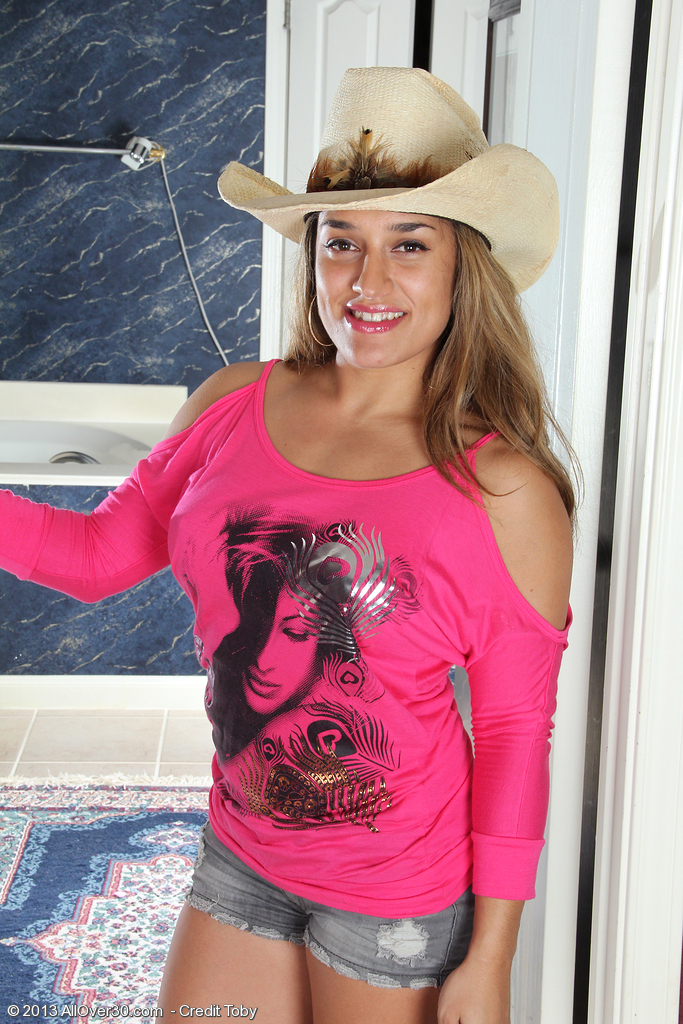 Hot Country Girl Alexa Thomas Lips off Her Jeans Short and Stretches Wide