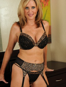 Gorgeous 46 Year Old Jodi Shows off Her How Older Body in Here