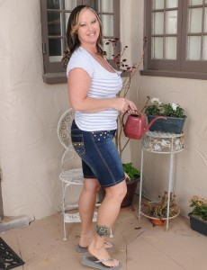 Breasty 42 Year Old Mary Jane Receives Fully  Nude out Inside the Backyard